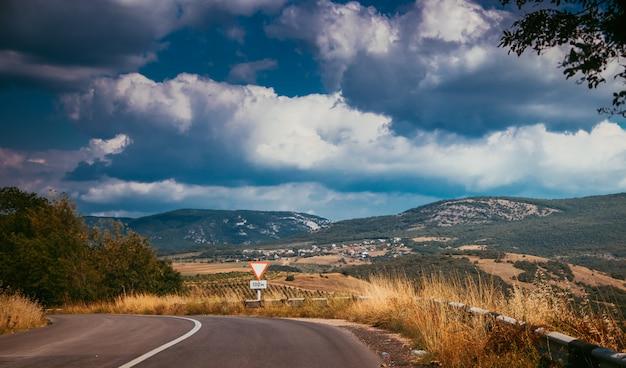 ロシアのアスファルト道路 Premium写真