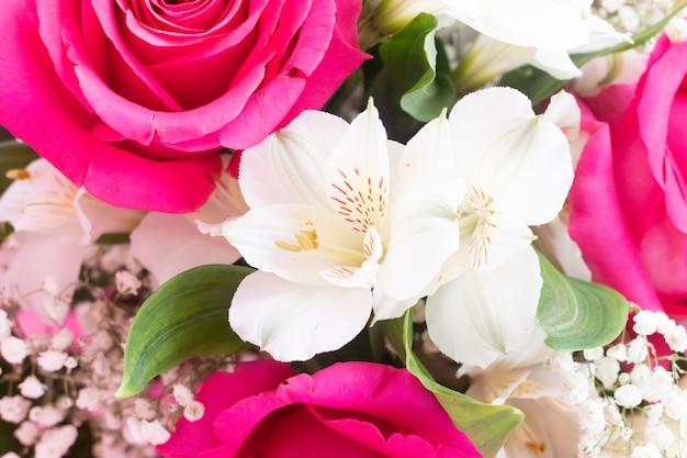 鮮やかな花の花束。花のバラの背景。美しい花。休日の贈り物。 Premium写真
