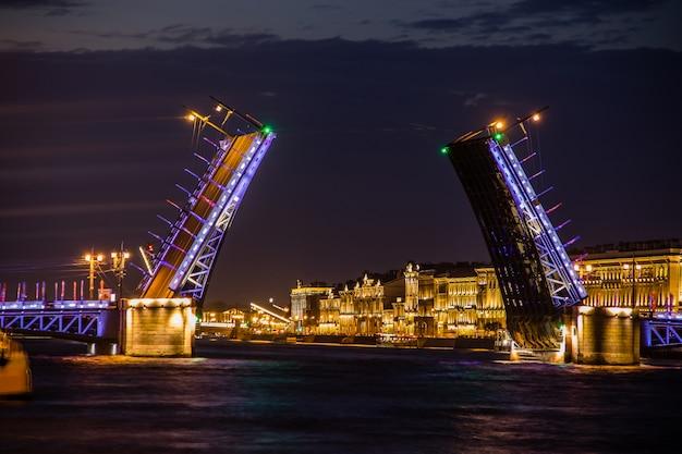 サンクトペテルブルクの橋の離婚ロシアの夜の街。ネヴァ川 Premium写真