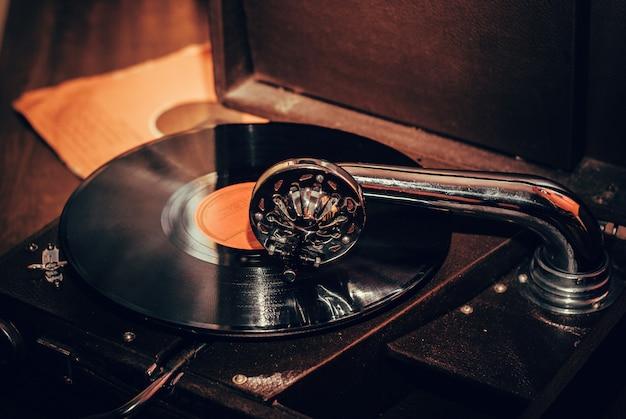 昔ながらの蓄音機のプレーヤーが閉じる Premium写真