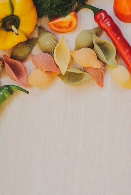 グルテンフリーの野菜パスタのクローズアップ Premium写真
