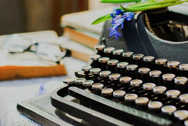ビンテージタイプライター、テーブルの上の古い本 Premium写真