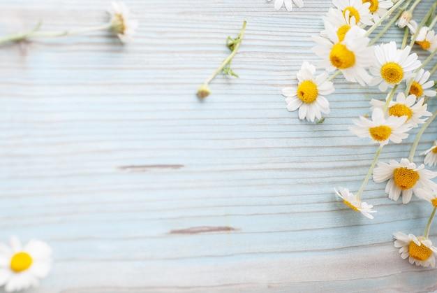Букет из свежесобранных цветов ромашки на деревянном фоне Premium Фотографии
