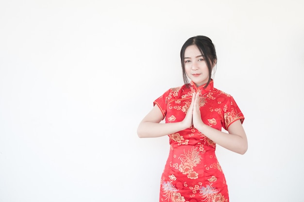 旧正月。アジアの女性は刺激的なジェスチャーをします。 Premium写真