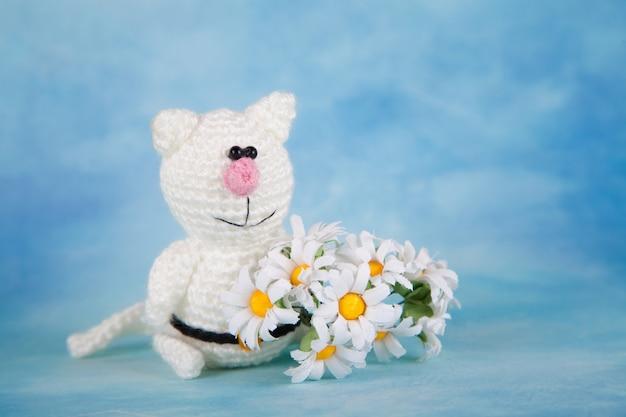 ニット猫聖バレンタインデーの装飾。ニットおもちゃ、あみぐるみ、グリーティングカード。 Premium写真