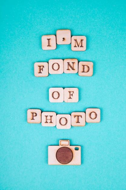 木製の手紙、明るい青色の背景に碑文。国際写真デー Premium写真