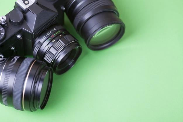 古い写真アルバム、写真、カメラ、暗い背景の木の柔らかいピンクの花。 Premium写真