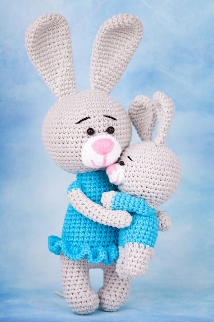 ニットウサギ - プレゼントと花を持つ母と息子。 Premium写真