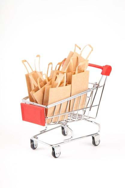 購入したショッピングカート。分離した白い背景の上のパッケージ。販売。環境に優しい素材の使用。廃棄物ゼロ Premium写真