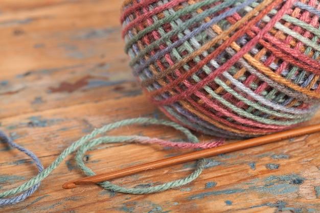 かぎ針編み、手作り、裁縫。スレッドとフックのマルチカラーのかせ Premium写真