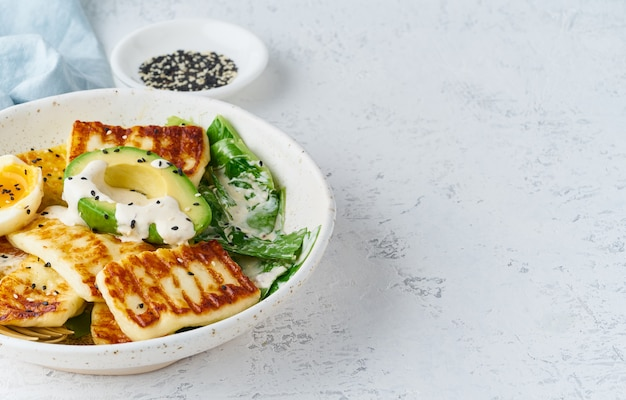 ケトケトジェニックダイエットアボカドと半熟卵 Premium写真
