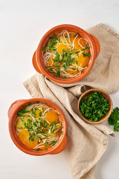 Здоровый куриный суп с овощами и рисовой лапшой, диетическое питание, вид сверху Premium Фотографии