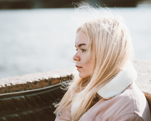 若い女の子、白人、白髪の金髪の肖像画。北欧スタイル。 Premium写真