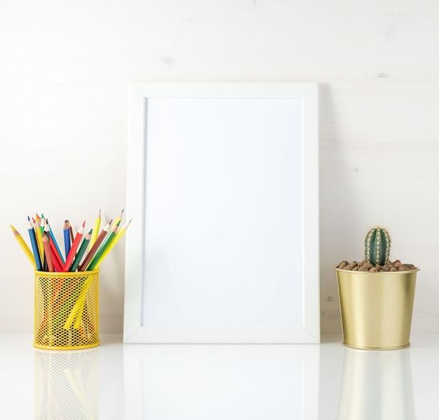Макет чистой белой рамкой, цветные карандаши и сочные на белом фоне. для творчества, рисования. Premium Фотографии