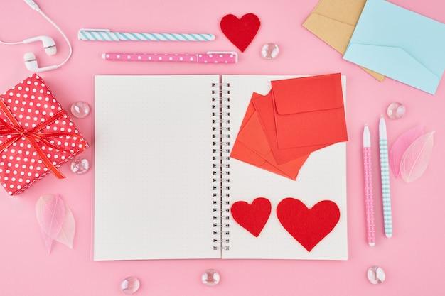 ブランメモ、バレンタインデーの手紙を書くというコンセプト。弾丸ジャーナルのメモ帳ページ Premium写真