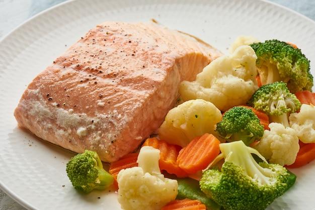 スチームサーモンと野菜。地中海式ダイエット Premium写真