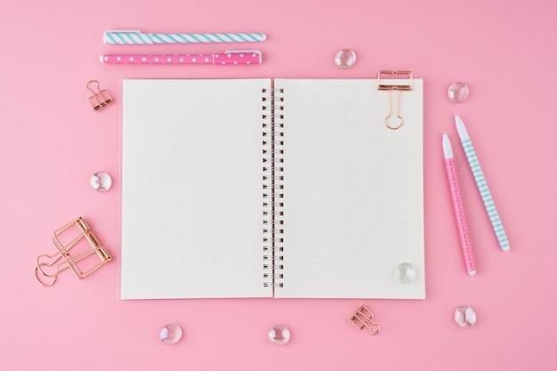 明るいピンクのオフィスのデスクトップの弾丸ジャーナルの空白のメモ帳ページ。ノートブックでモダンな明るいテーブルのトップビュー Premium写真