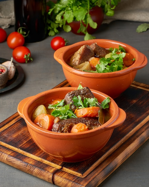 Бургундское мясо. медленное тушение, приготовление в двух горшках или чугунной сковороде. Premium Фотографии