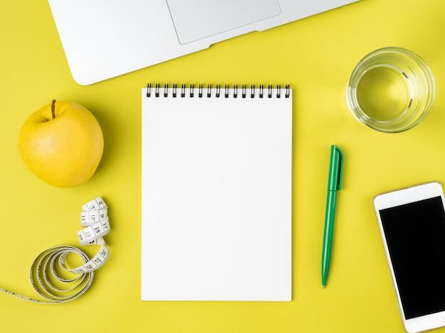 ダイエット計画やメニュー、巻尺、減量の概念のための空白のノートブックページ Premium写真