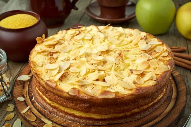 チーズケーキ、アップルパイ、ポレンタ、リンゴ、アーモンドフレーク、シナモンの豆腐デザート Premium写真