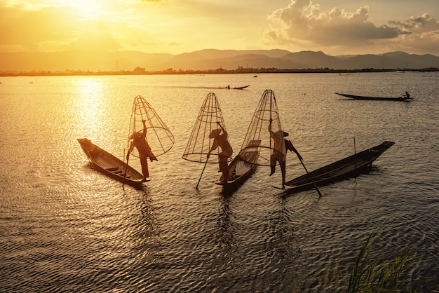 午前中に働くインタ漁師。 Premium写真