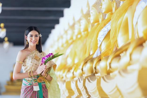 伝統的なドレス衣装で美しい女性 Premium写真
