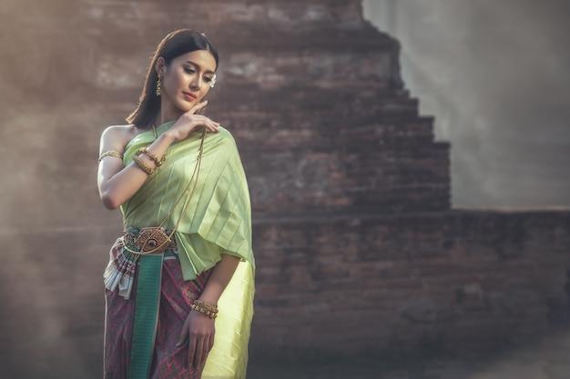 Красивая женщина в традиционном наряде Premium Фотографии
