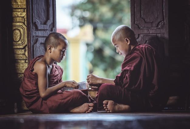ミャンマーのシャン州の寺院の本を読むことで寺院の初心者修道士研究 Premium写真