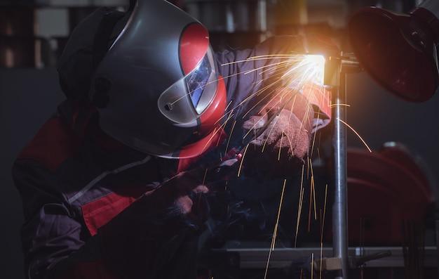 鉄骨構造の溶接工場の産業労働者労働者 Premium写真
