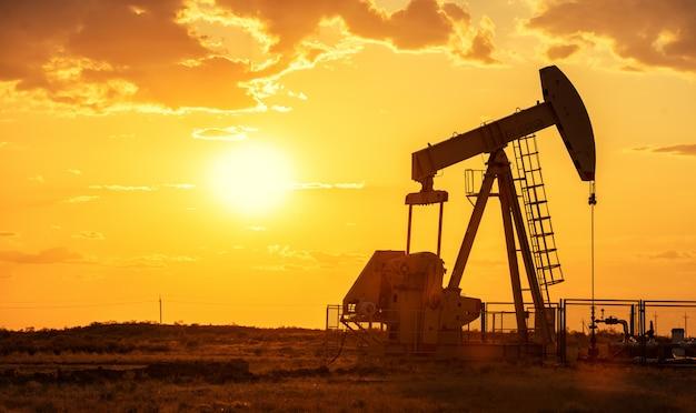 日没の石油用オイルポンプ石油リグエネルギー産業機械 Premium写真