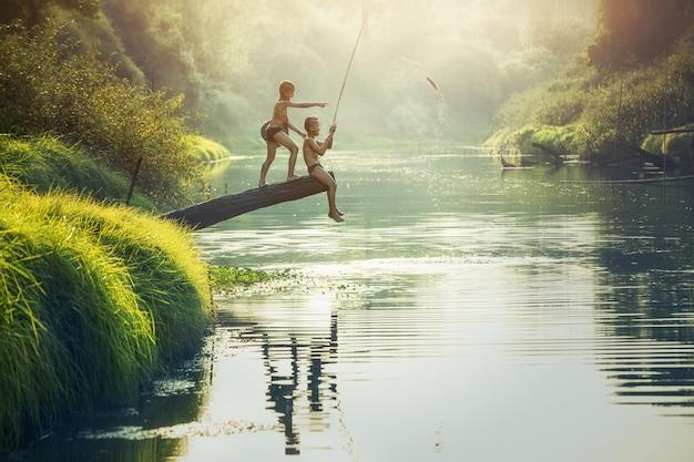タイの田舎、川で男の子釣り Premium写真