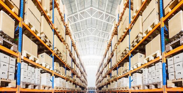 現代の倉庫の箱付き棚の列 Premium写真