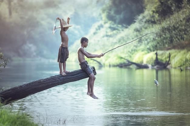 川の男の子釣り Premium写真