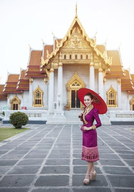 赤い伝統的な帽子を持つ女性観光 Premium写真