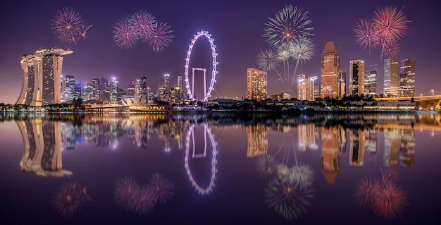 Сингапур город небоскребов в ночное время Premium Фотографии
