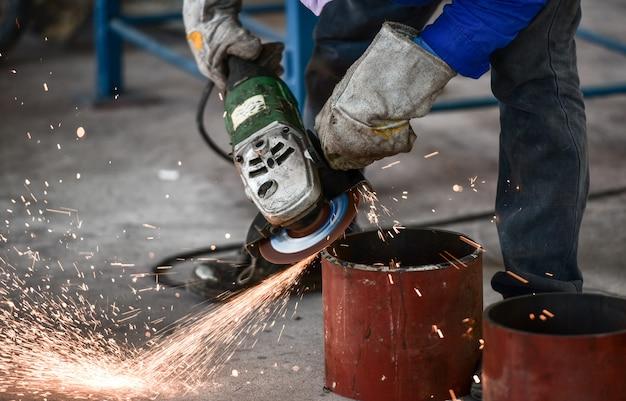 工場内鋼管の電動ホイール研削 Premium写真
