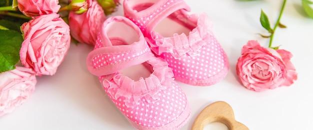 Новорожденные. детские аксессуары на белом Premium Фотографии