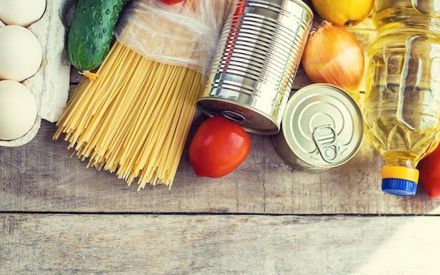 Доставка еды на дом. пожертвование и благотворительность. выборочный фокус. Premium Фотографии
