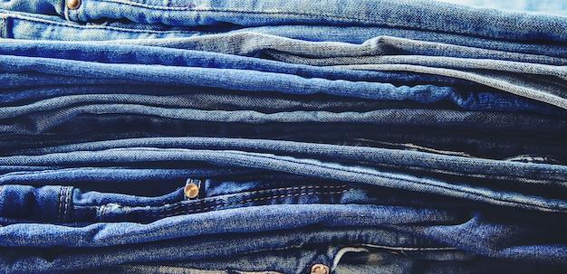 ジーンズ。スタイリッシュな服。セレクティブフォーカスショッピングタイム。 Premium写真