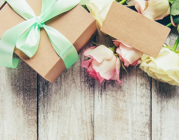Подарок и цветы. выборочный фокус. праздники и события. Premium Фотографии