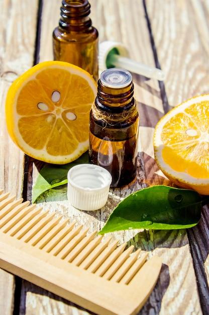 Эфирное масло лимона в бутылочке. выборочный фокус. Premium Фотографии