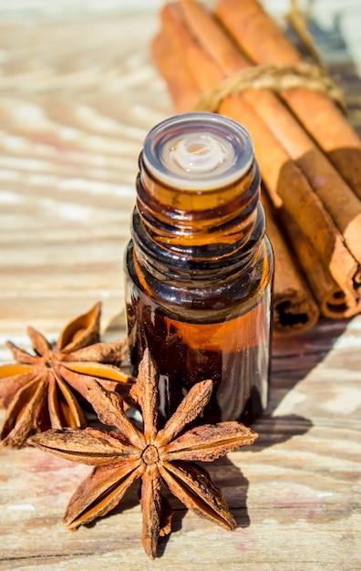 Эфирное масло корицы и аниса в бутылочке. Premium Фотографии