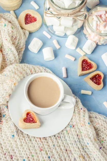 マシュマロとクッキーの心とココア。セレクティブフォーカス Premium写真