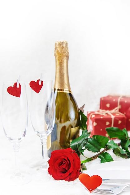 День святого валентина. красивая второстепенная поздравительная открытка с розой. выборочный фокус. Premium Фотографии