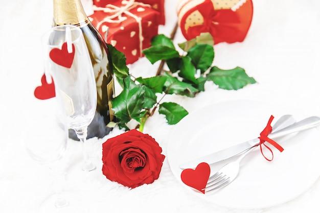バレンタイン・デー。バラと美しい背景グリーティングカード。セレクティブフォーカス Premium写真