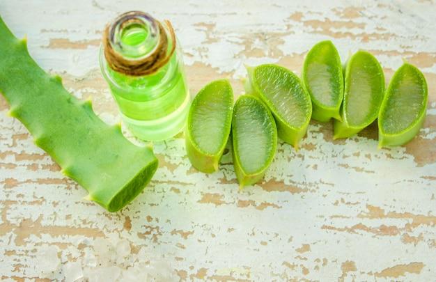 アロエベラはテーブルの上に小瓶と小片に抽出します。セレクティブフォーカス Premium写真