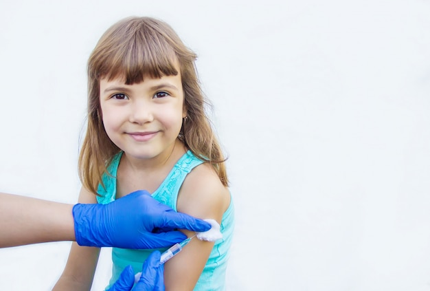子供の予防接種注射セレクティブフォーカス Premium写真