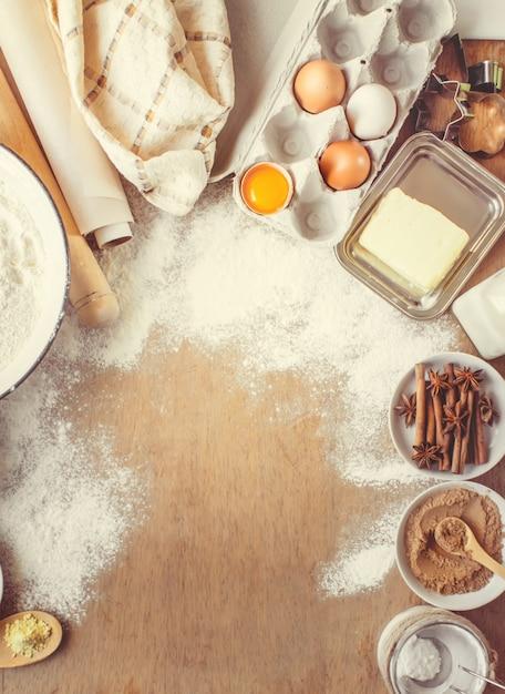 Кондитерские изделия, торты, готовить своими руками. выборочный фокус. Premium Фотографии