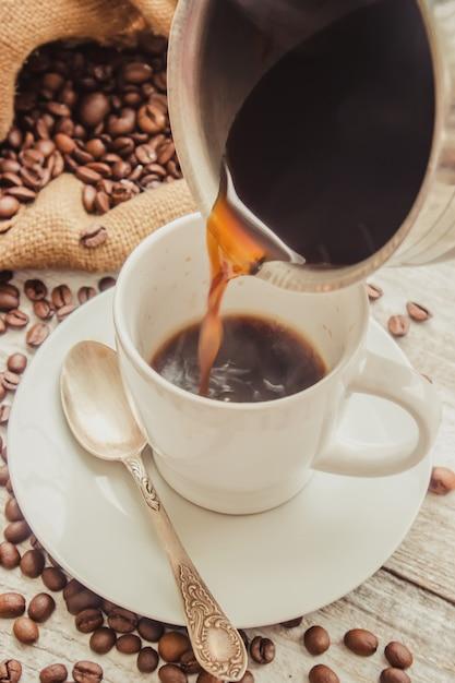 コーヒー豆。一杯のコーヒー。セレクティブフォーカス Premium写真