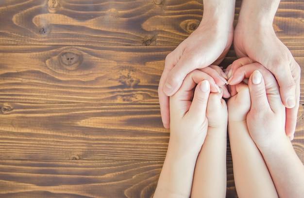 Руки людей. выборочный фокус. семейная пара рук. Premium Фотографии
